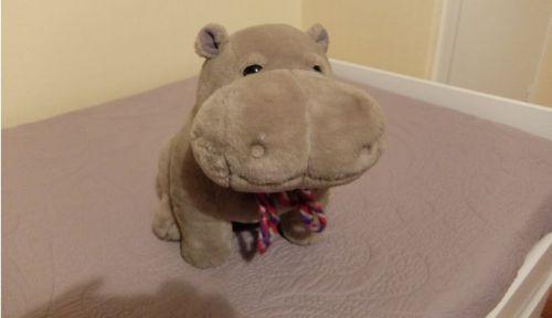 Superbe hippopotame en peluche vert amande