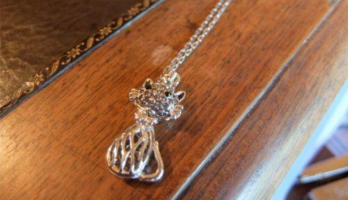 Très joli collier en métal argenté