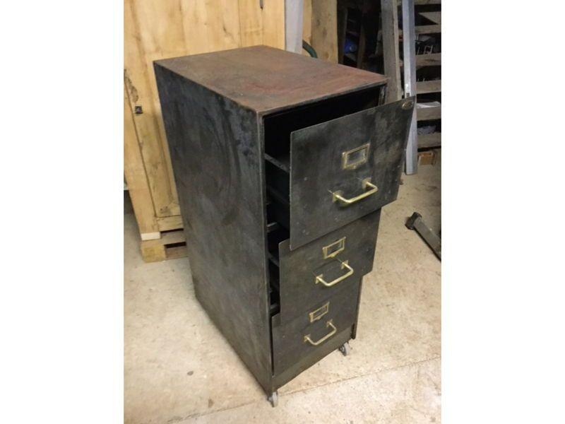 Vends un meuble de bureau metallique