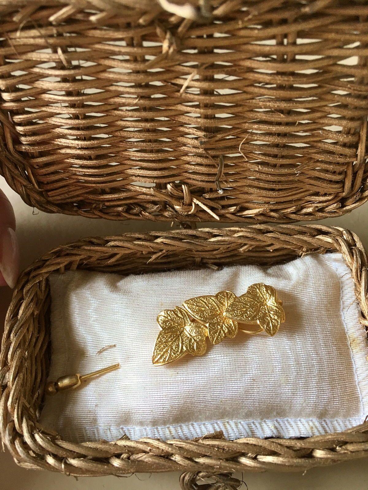 Vends adorable broche lierre, dorée a l'or fin dans sa présentation d'origine