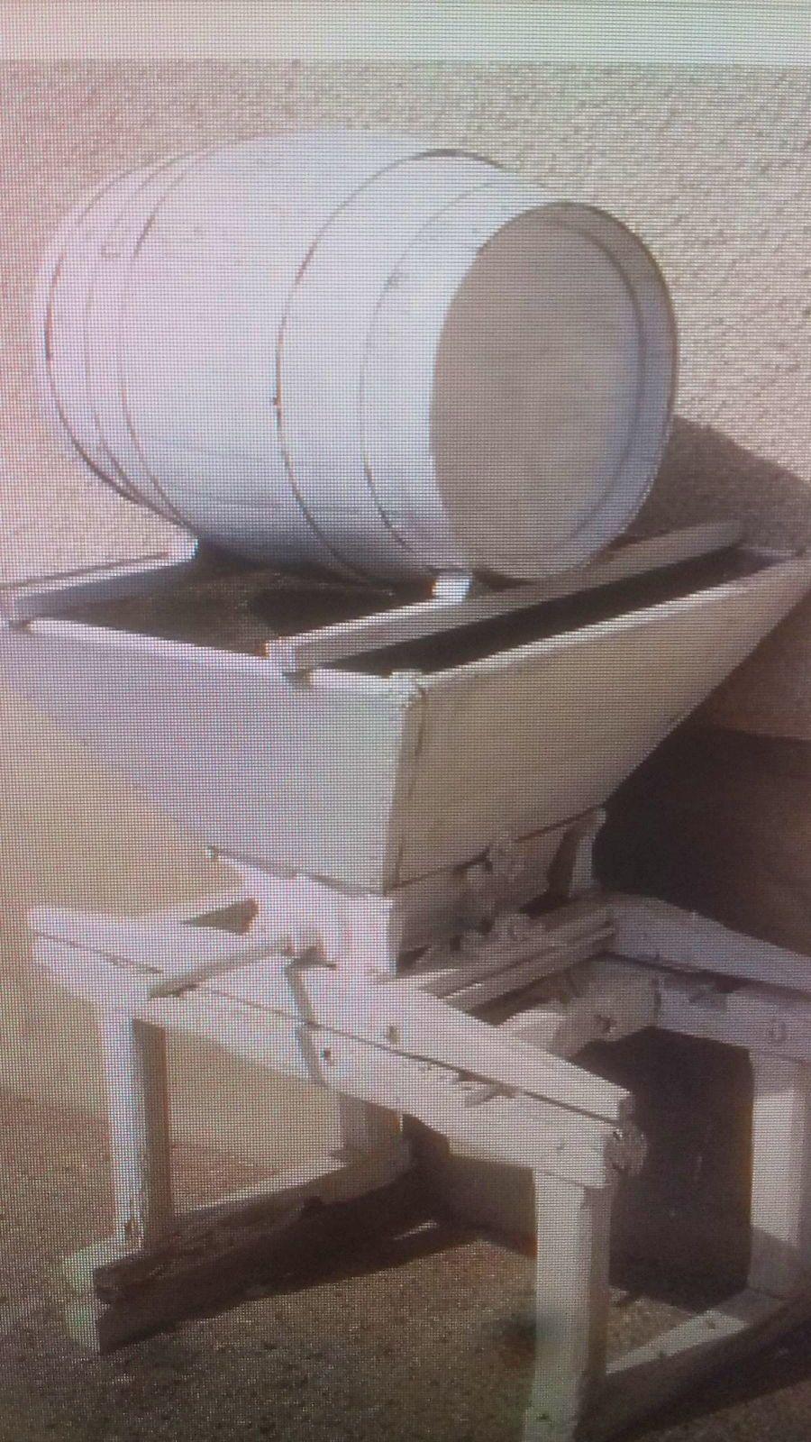 Fouloir égrappoir pommes raisin avec table et tonneau