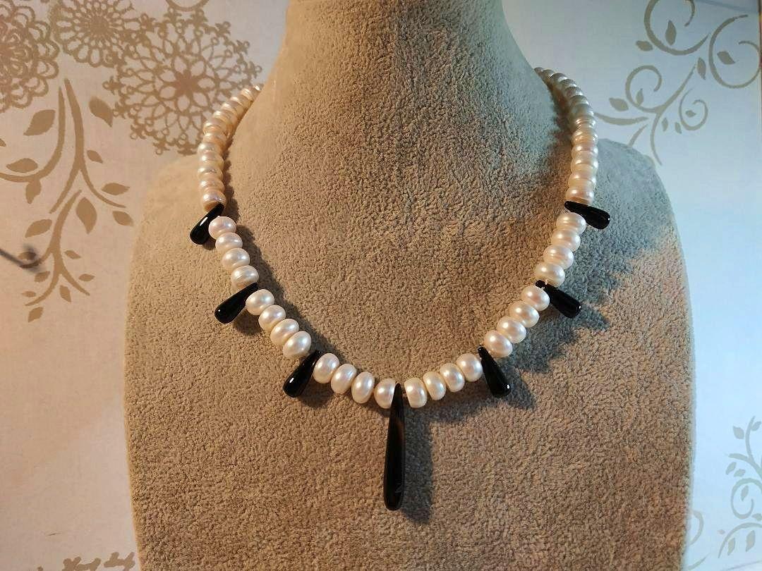 Collier de perles de culture akoya et gouttes d'onyx