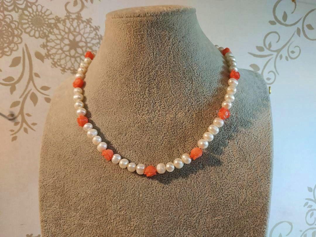 Collier de perles de culture et fleurs de corail