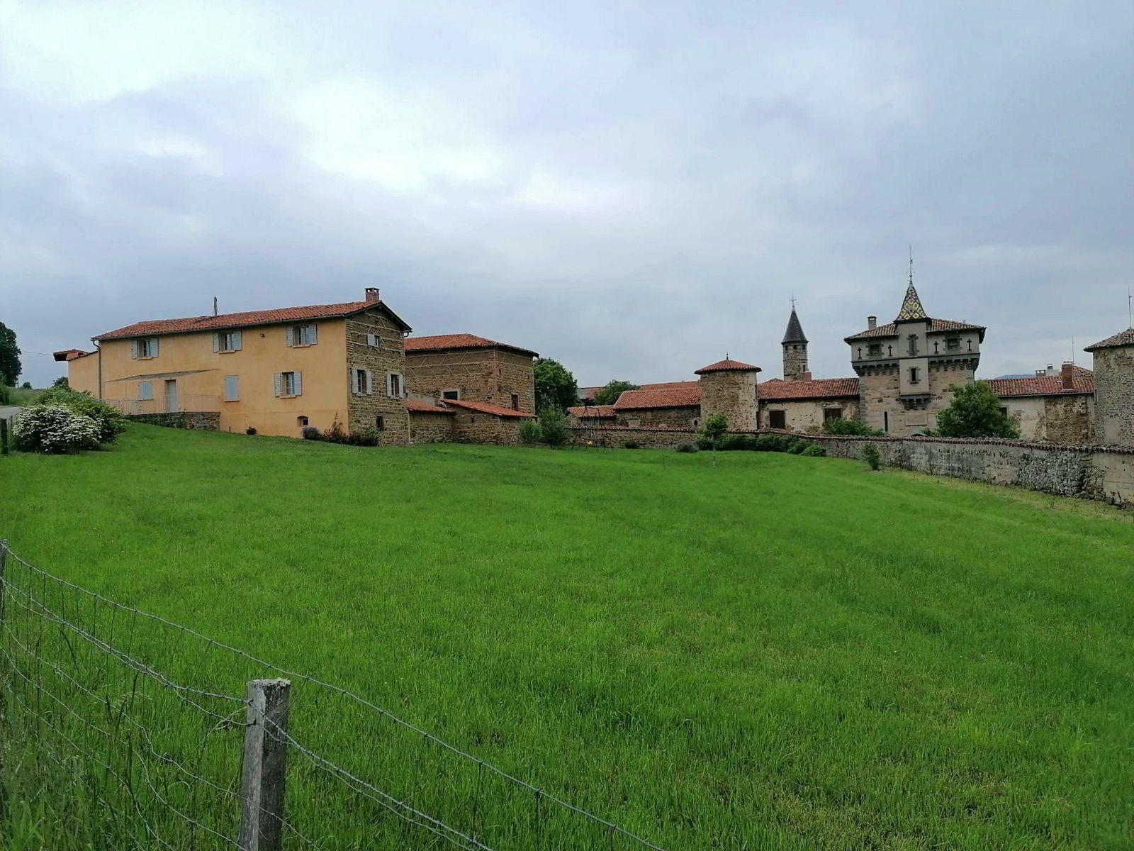 Loue gîte de la ferme du château de Saconay, Pomeys (69) - 5chambres, 12couchages