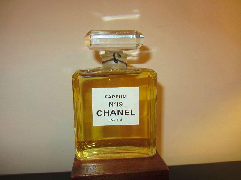 Vends flacon parfum N° 19factice