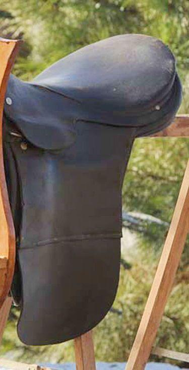 Jolie selle ancienne en cuir juste pour la décoration