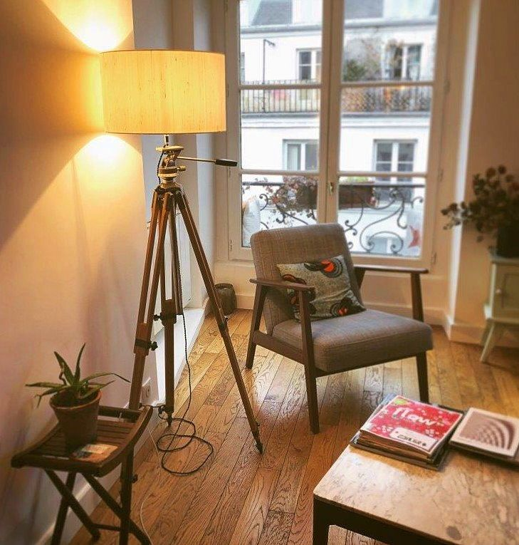 Vends superbe grand lampadaire créé s/ancien trépied photo en bois