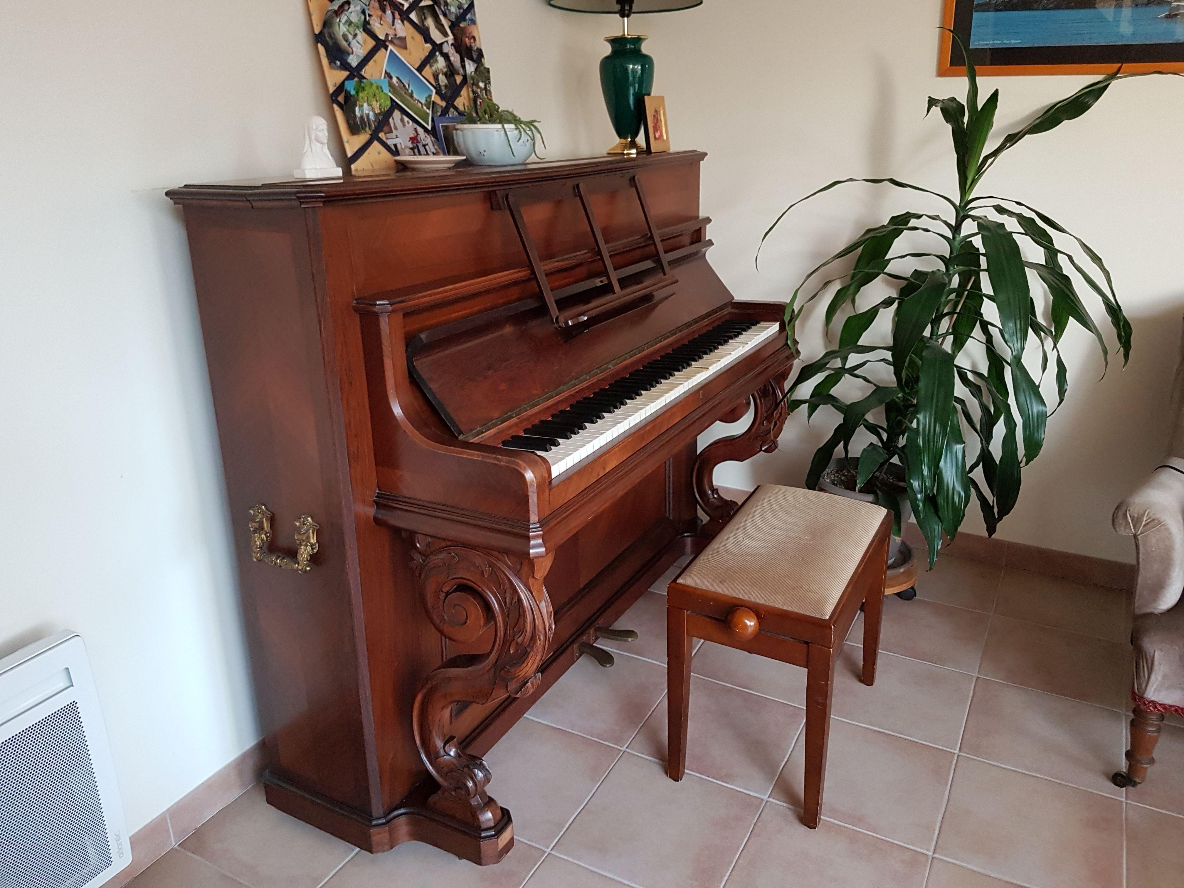 Donne piano ancien cadre bois, à restaurer