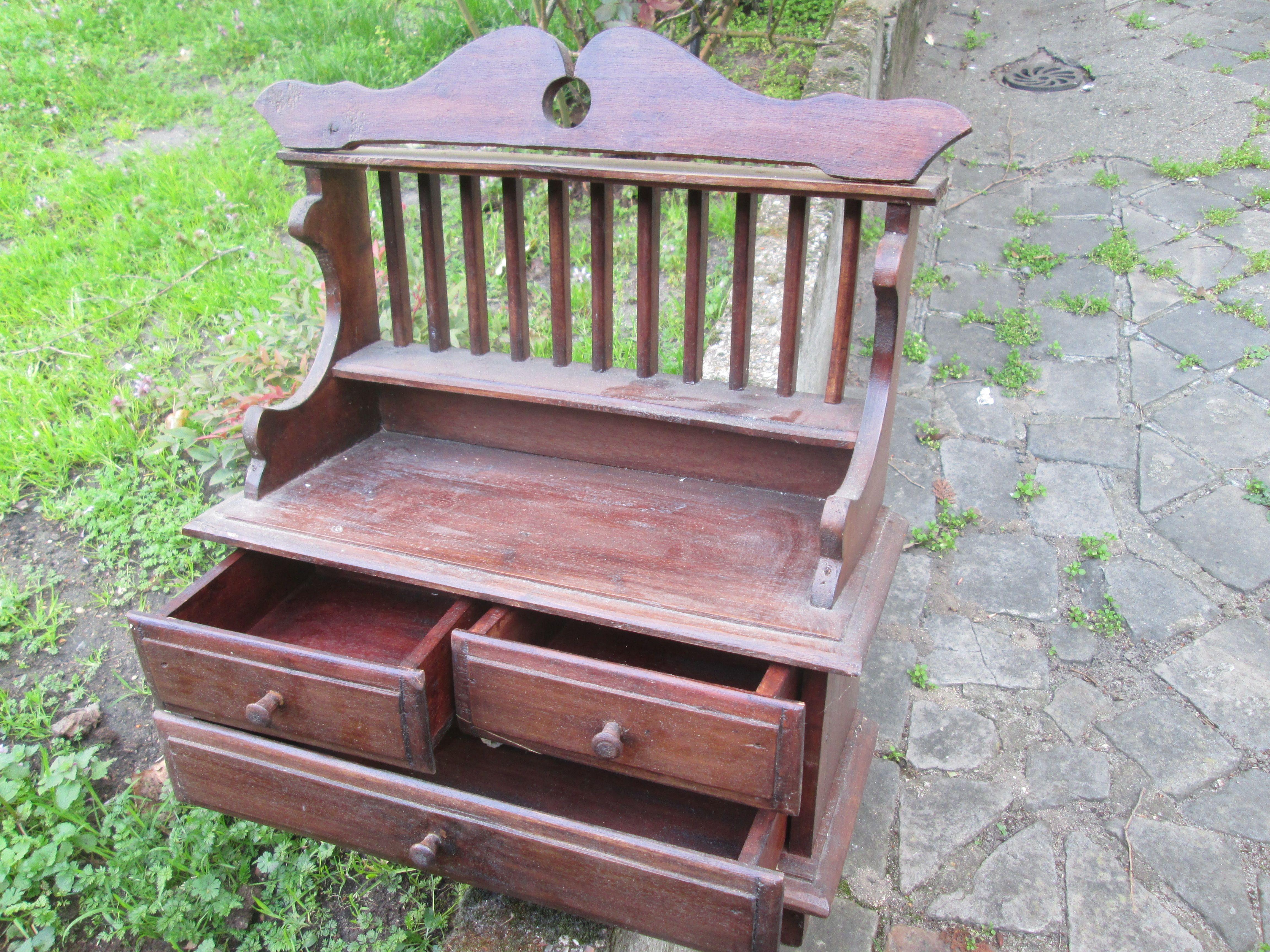Petit meuble à l'usage d'une enfant. Acheté à Rio (Brésil)