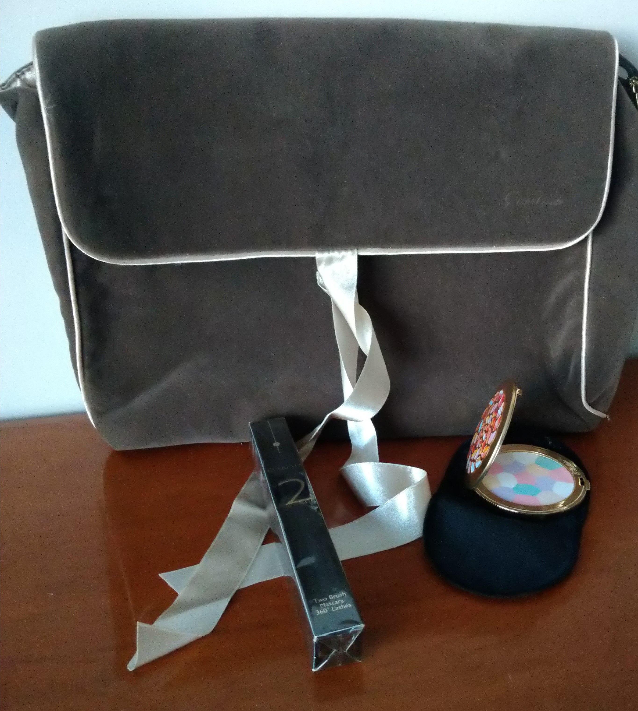 Guerlain grande pochette en velours et satin avec produits de beauté