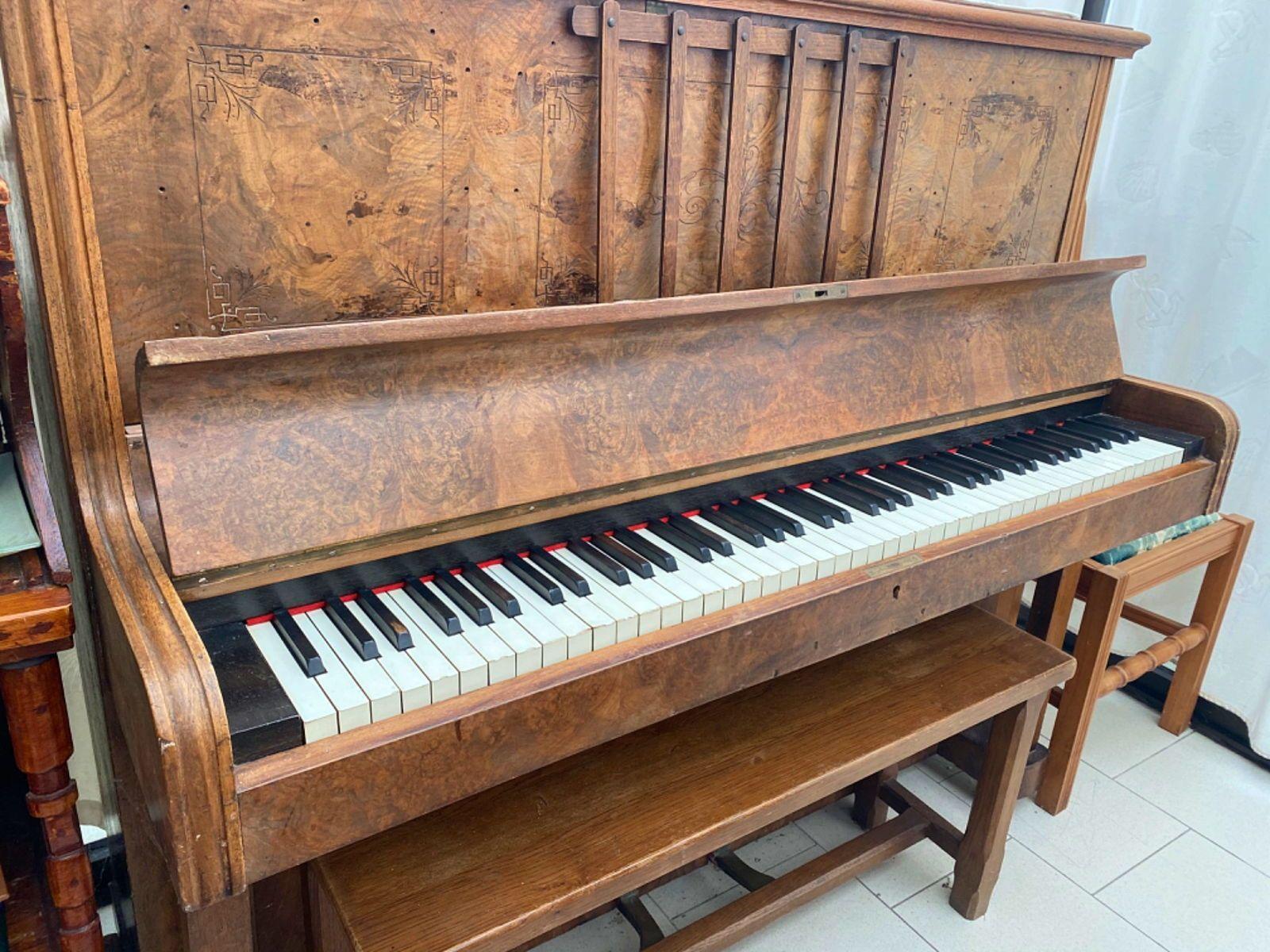 Ancien piano en bois