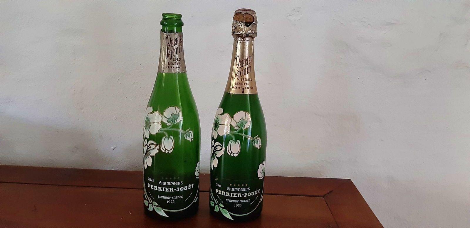 2Bouteilles factices de Champagne Perrier-Jouet vintage