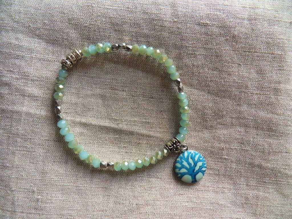Bracelet perles bleues à facettes et pendentif Arbre de vie