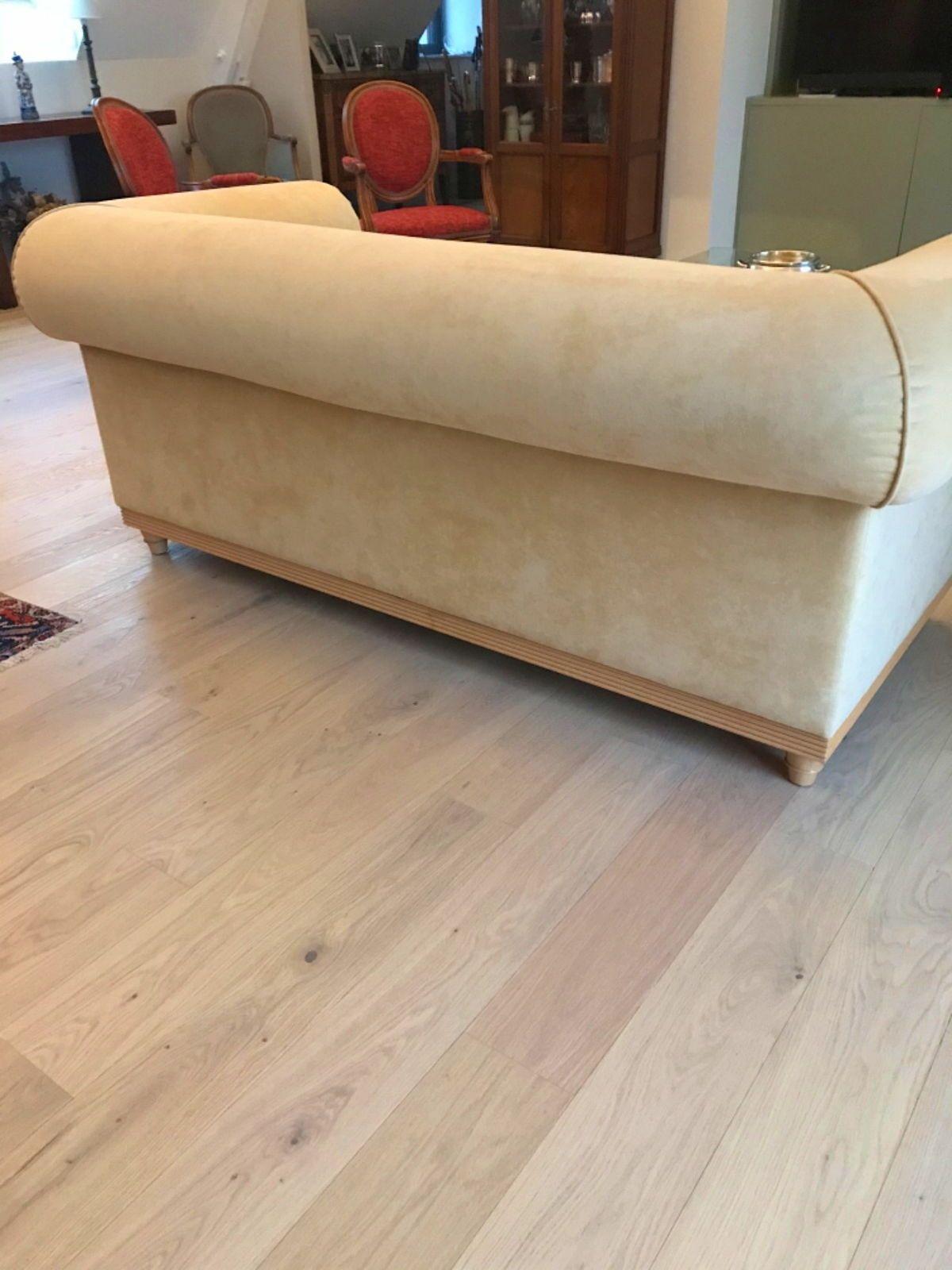 Un canapé en alcantara Lelievre