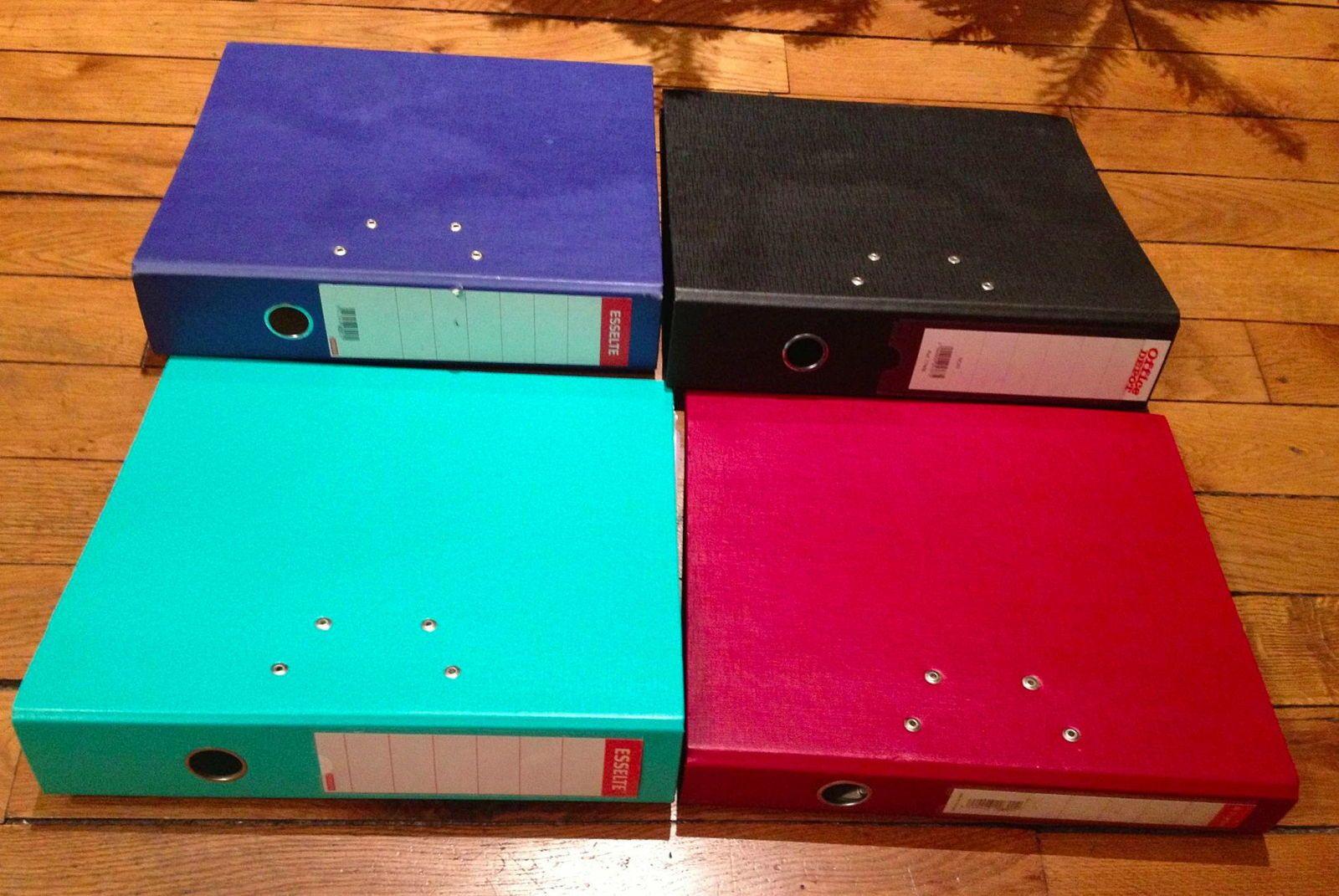 4grands classeurs - coloris divers - en très bon état