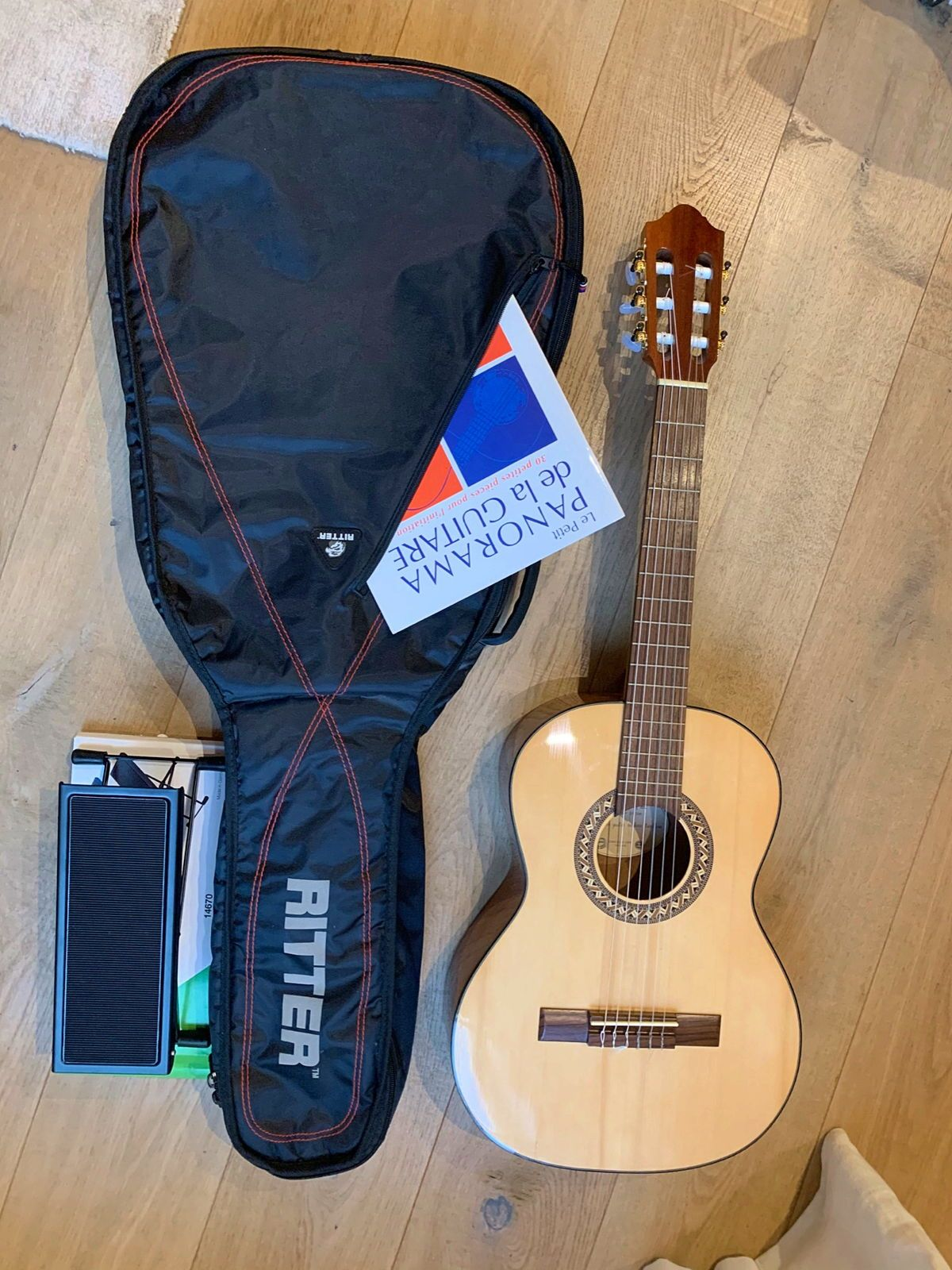 Guitare Classique 3/4Pro Arte, housse, repose-pied et livre musical