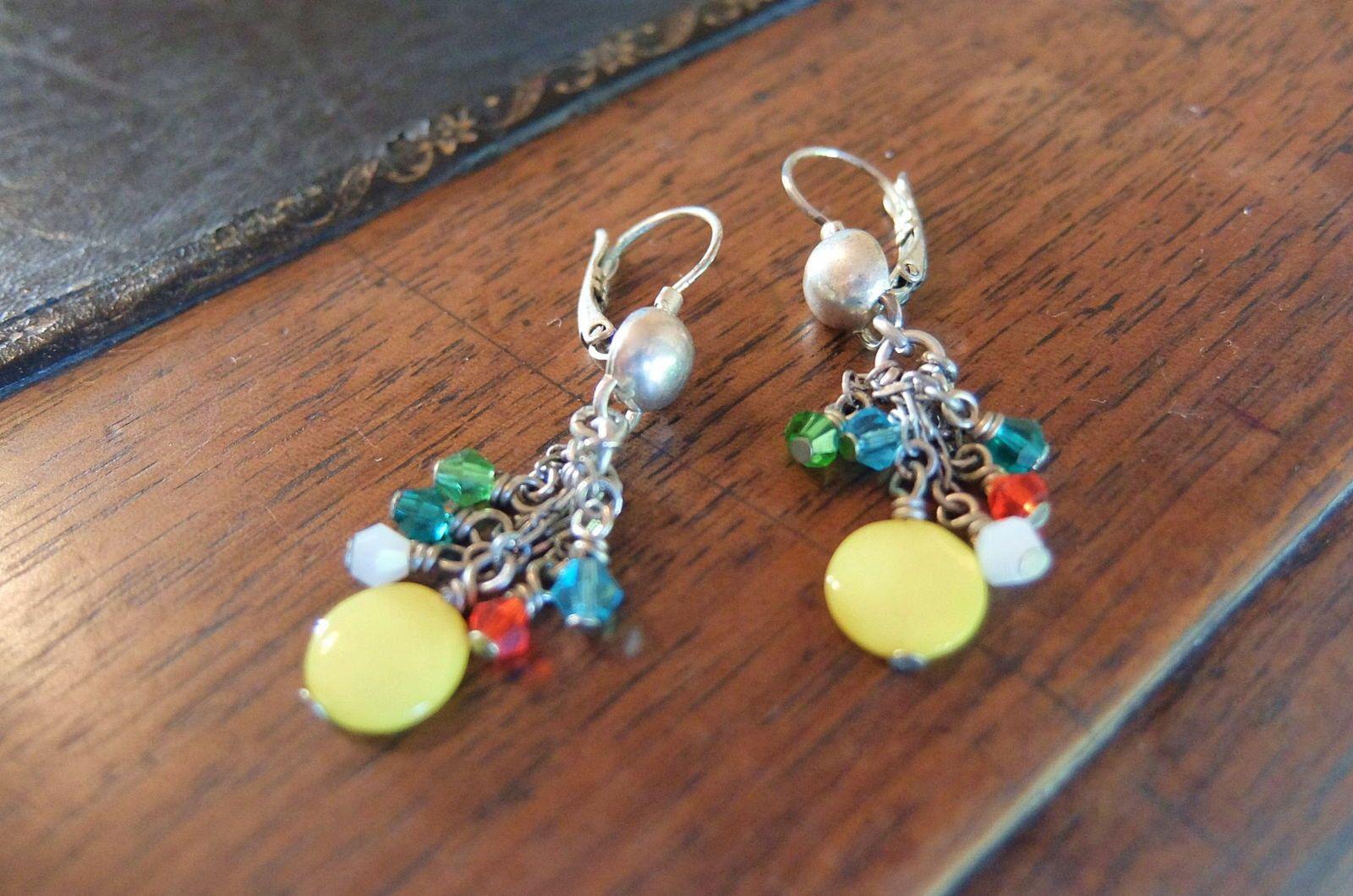 Jolies petites boucles d'oreilles avec pierres multicolores