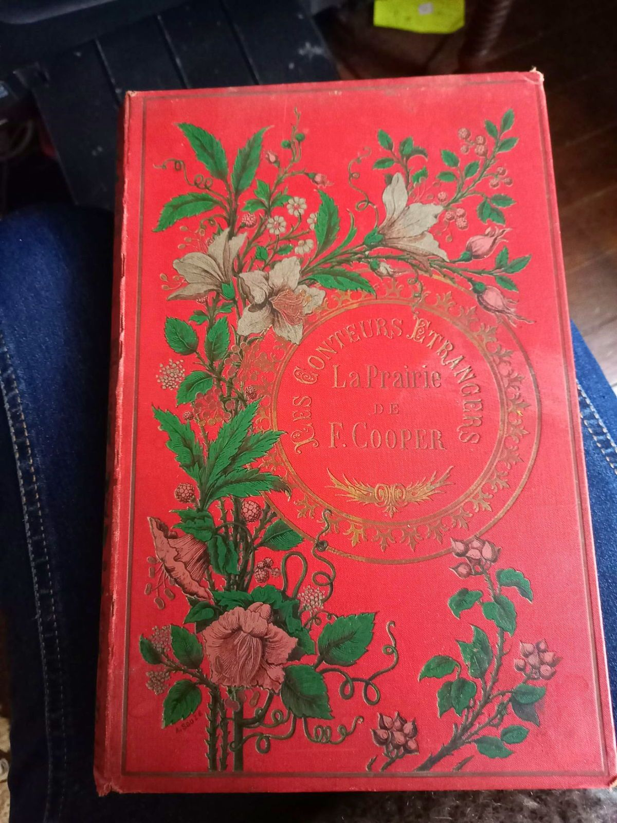 Livre ancien cartonné rouge & or Les Conteurs etrangers tranche dorée