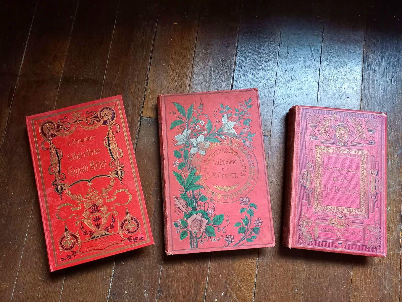 Livre ancien relié rouge & or L'Art d'etre Grand Mère tranche dorée TB