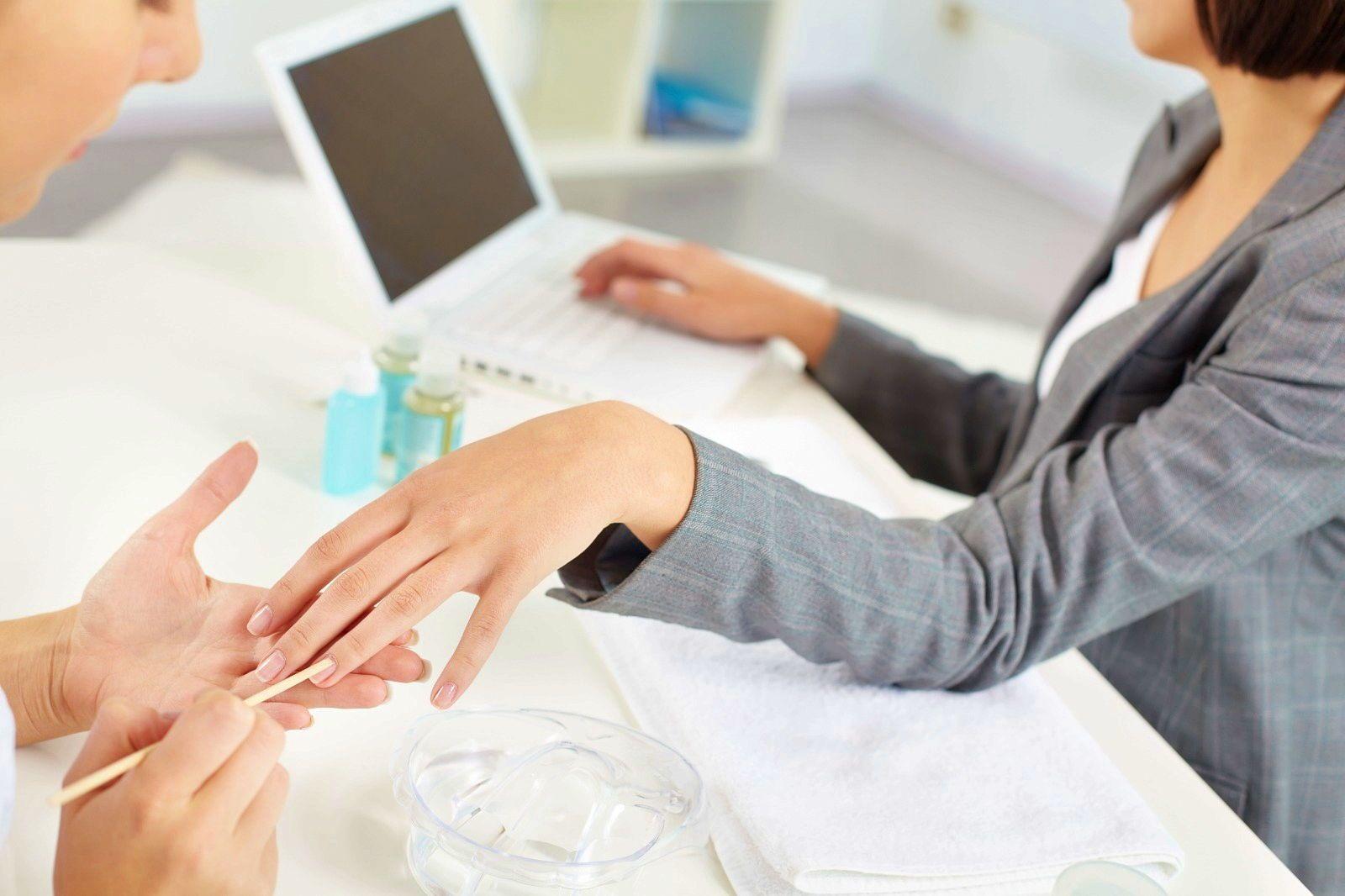 Propose service de manucure, styliste d'ongles à domicile