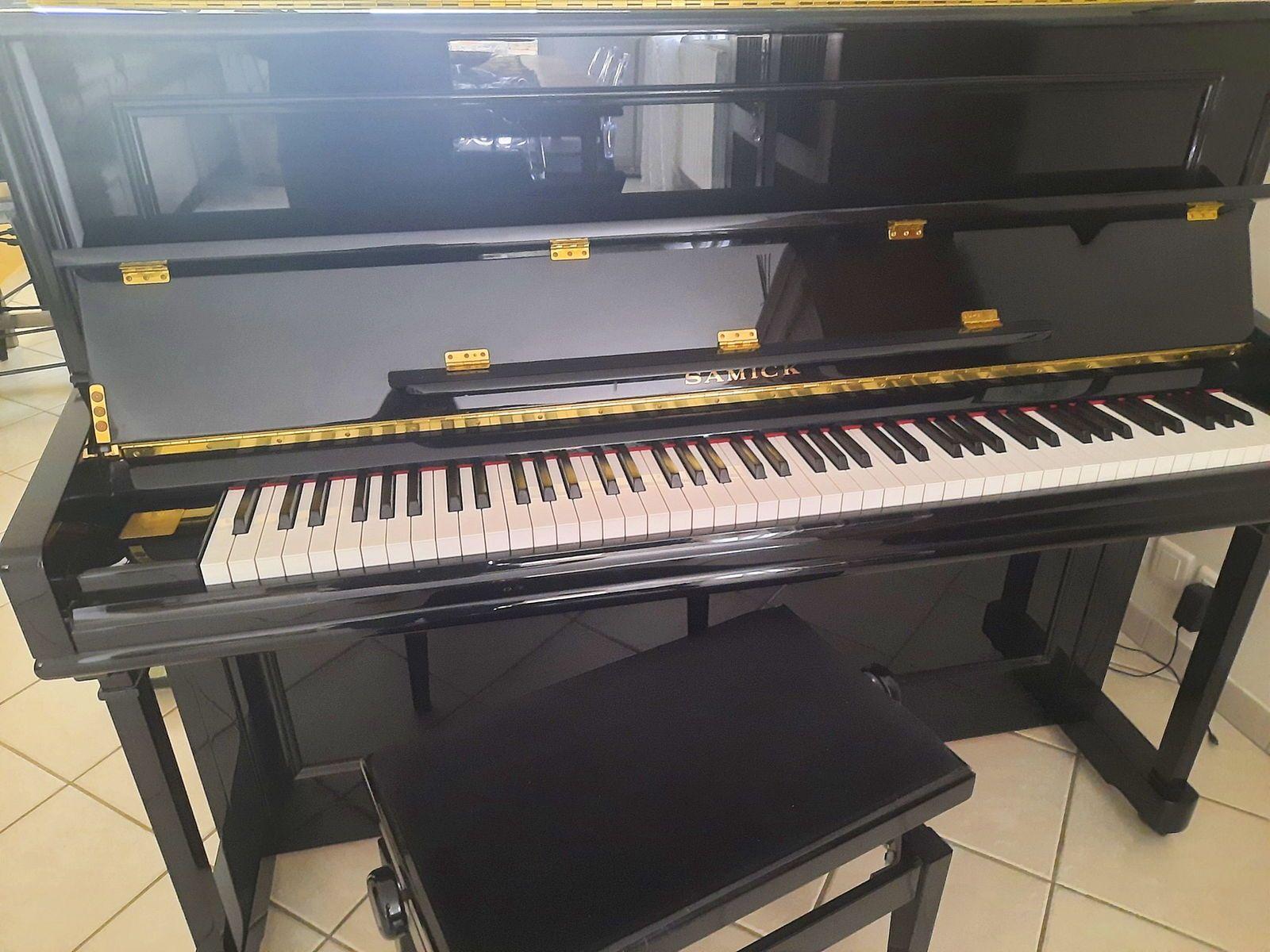 Piano SAMICK JS-118noir brillant avec banquette TBE