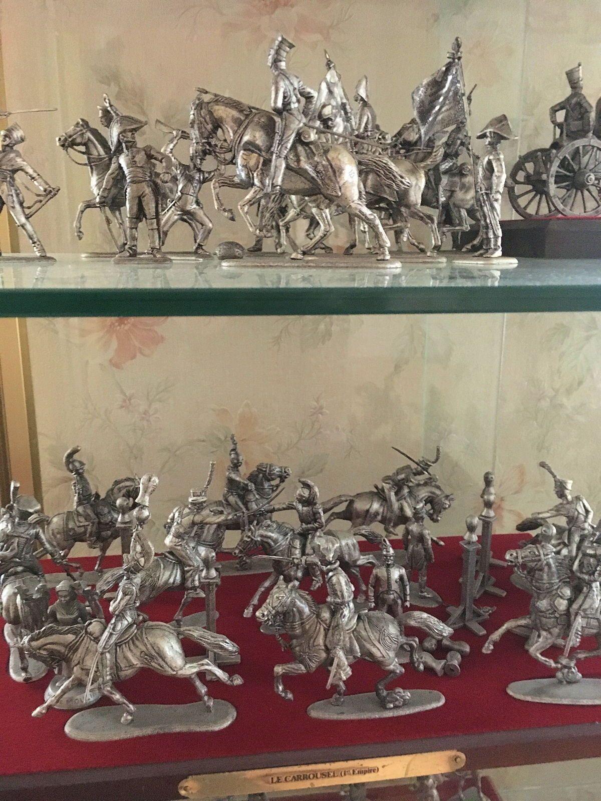 Toute une collection de soldats de plomb et leur vitrine