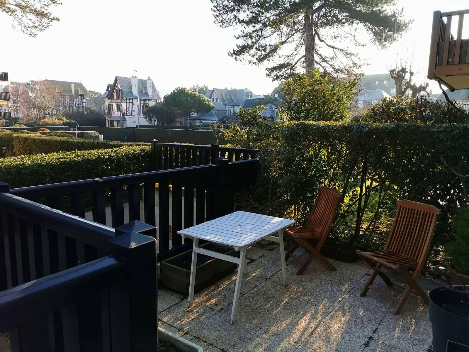 Vends appartement rez-de-jardin 30m² avec 15m² de terrasse et box voiture - Deauville (14)