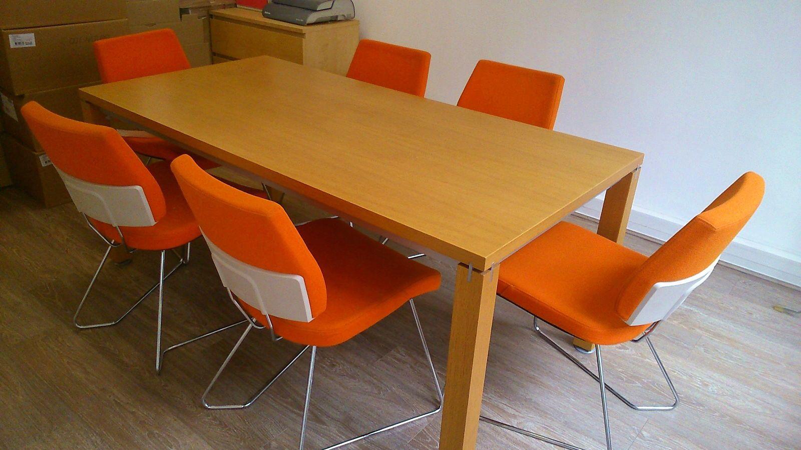 Vends belle table en bois clair massif