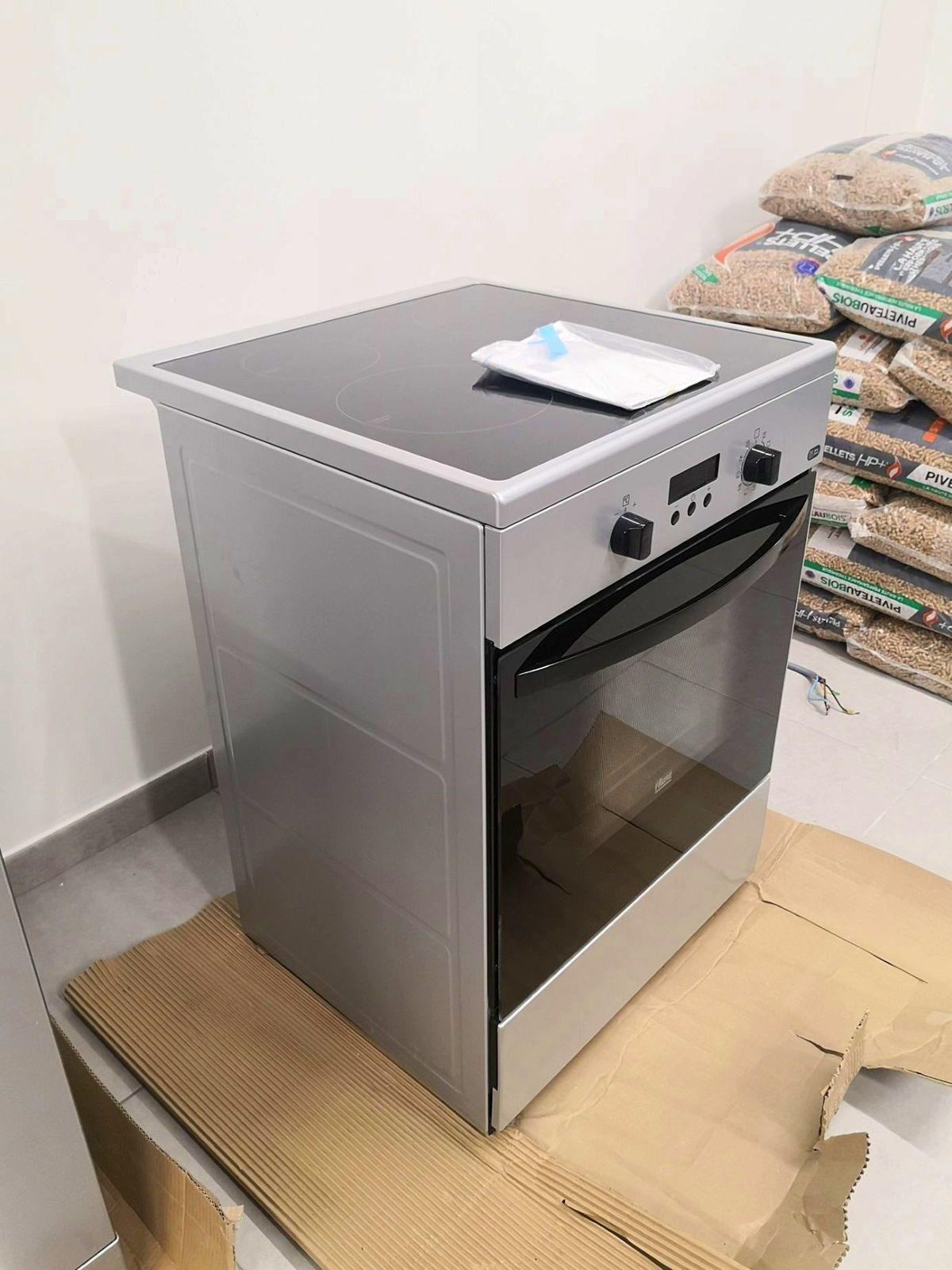 Vends cuisinière à induction avec pyrolyse presque neuve