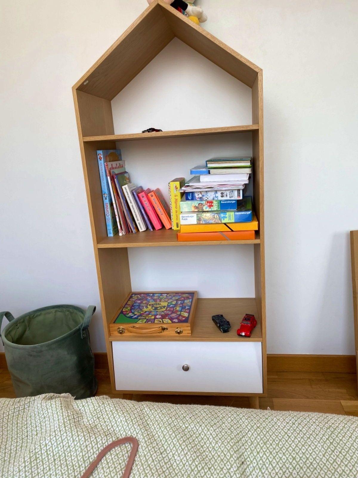 Vends très jolie petite armoire à jeux en forme de maison/ch. Enfants