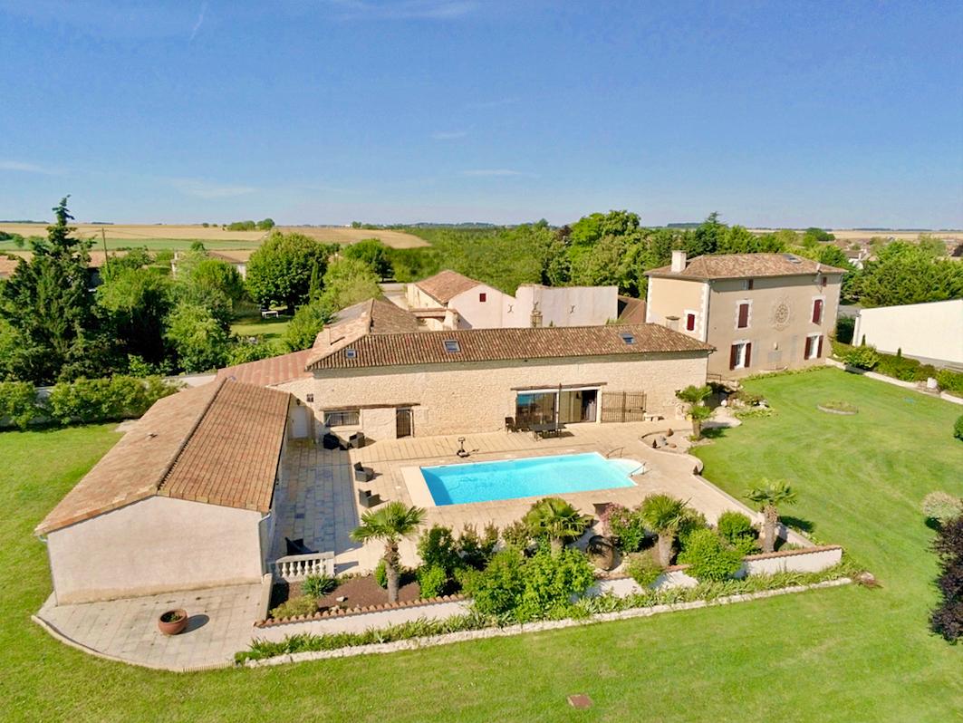 Vends maison de charme 490m², 7chambres, Piscine, Tennis, Saint-Martin-la-Pallu (86)
