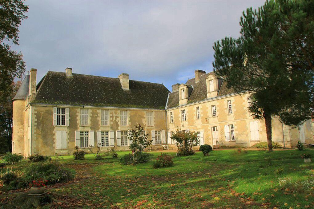 Vends Petit château aux confins du Poitou et de La Touraine - 8chambres, 600m²
