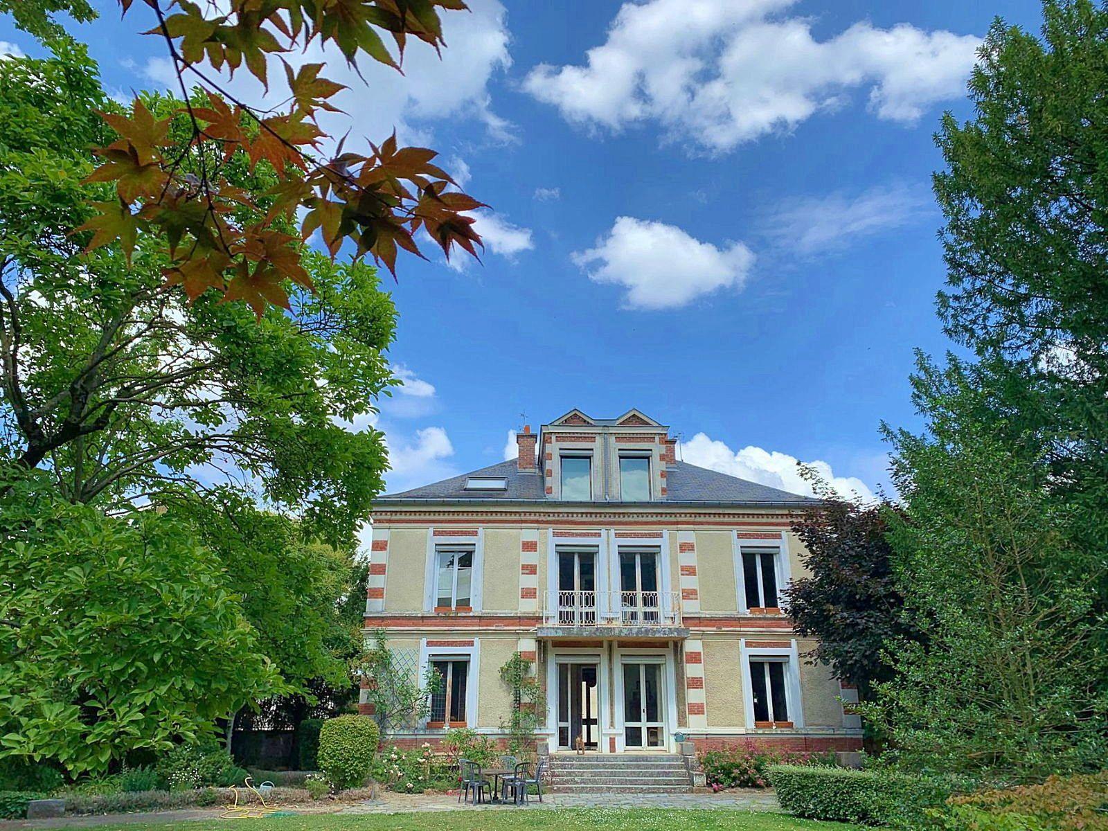 Vends propriété environ 270m² , 8chambres à Verrières-Le-Buisson