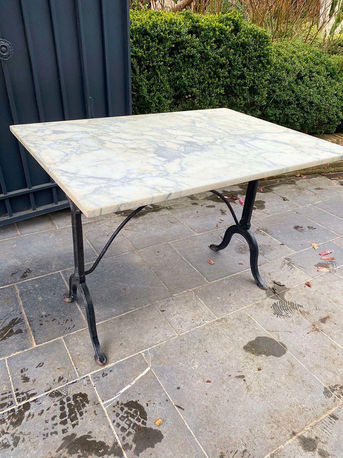 Vends table marbre blanc et pied noir en très bon état